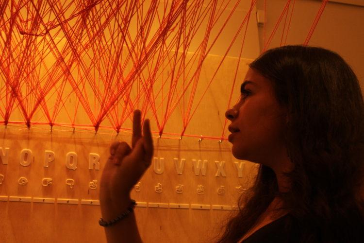 Exposição Linhas da Vida por Chiharu Shiota